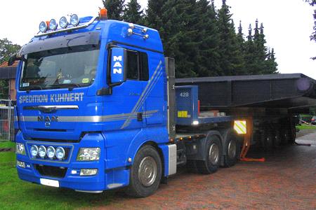 Plateau-Auflieger mit überbreitem Transport
